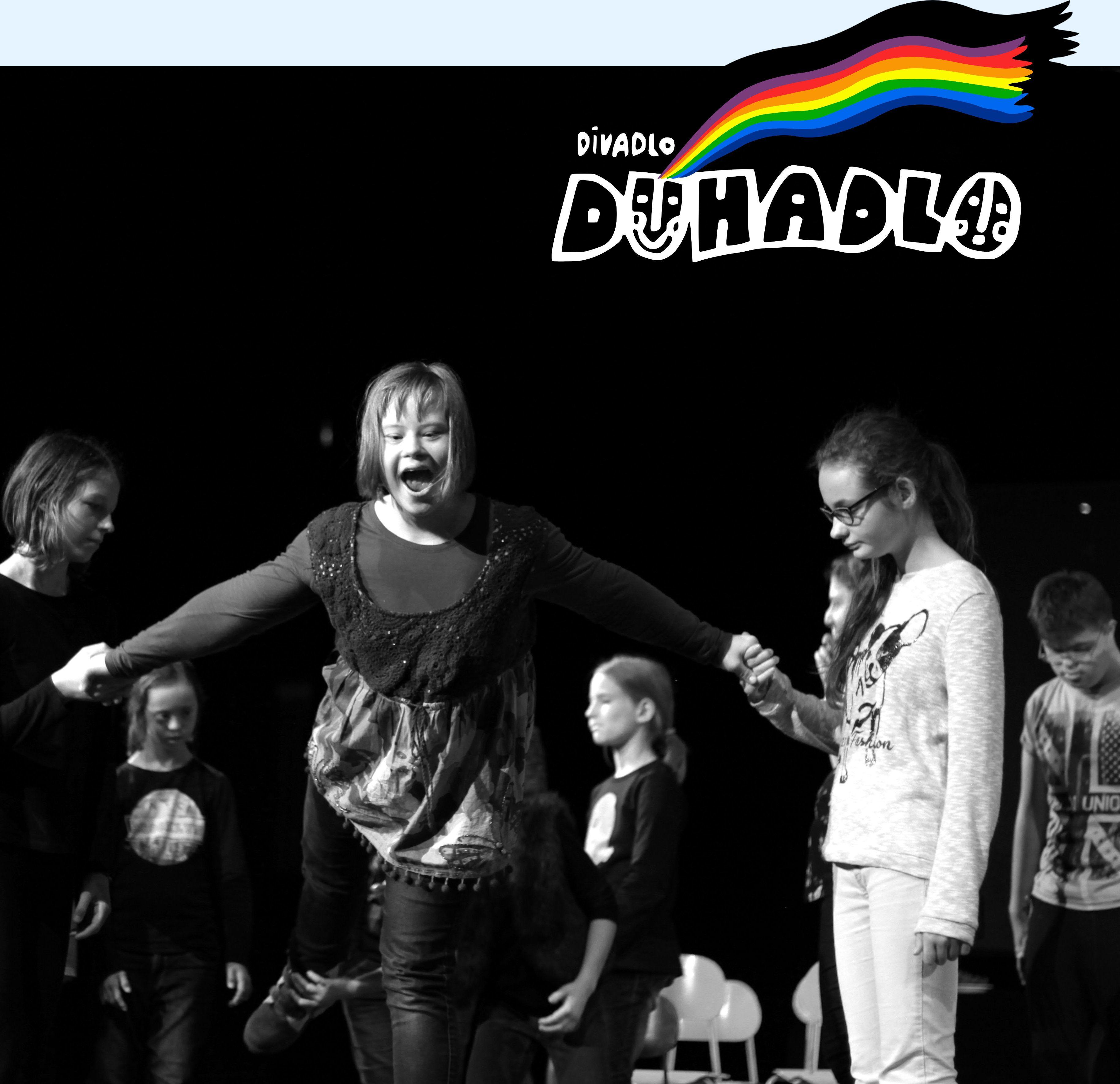 Záber z nácviku predstavenia doplnený o logo Divadlo Dúhadlo